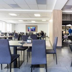 krzesła i stoliki w restauracji